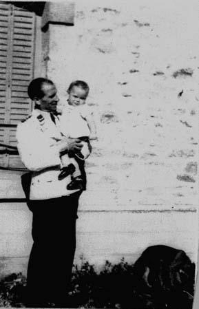 Georg JENKEL en tenue de musicien , avec mon père dans ses bras.