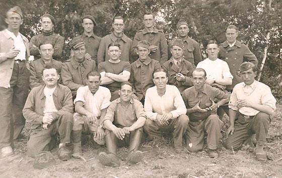 Stalag II E : Marius est au dernier rang, 3° à partir de la gauche avec un béret.