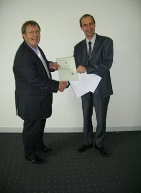 Daniel Rouxel reçoit le certificat de nationalité Allemande des mains de Monsieur le consul d'Allemagne à Paris