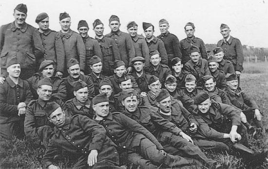 Ernest und seine Kameraden – Ernest ist an der letzten Reihe rechts stehend