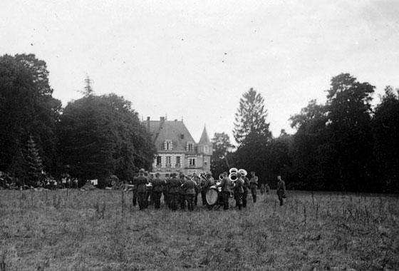 Juli 1940- deutsche Musikkapelle in Mery-sur-Cher,