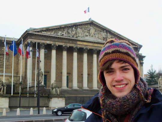 Nicholas Bader devant L'Assemblée nationale