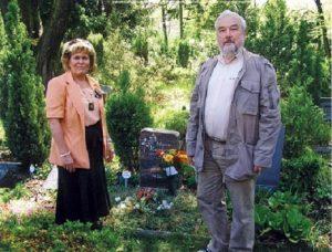 Ute et Jean devant la tombe de leur père Hans le 28 avril 2012