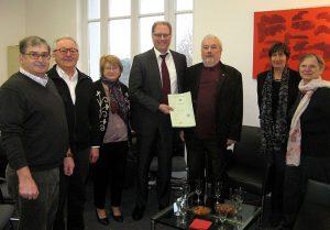 25 ajnvier 2017 Jean reçoit des mains du consul d'allemagne, Monsieur Thomas Prösti son décret de naturalisation.