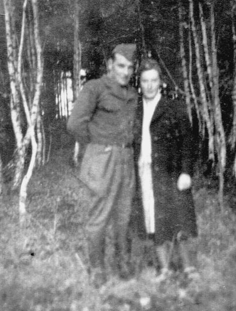 Michel Guichard et son amie en promenade