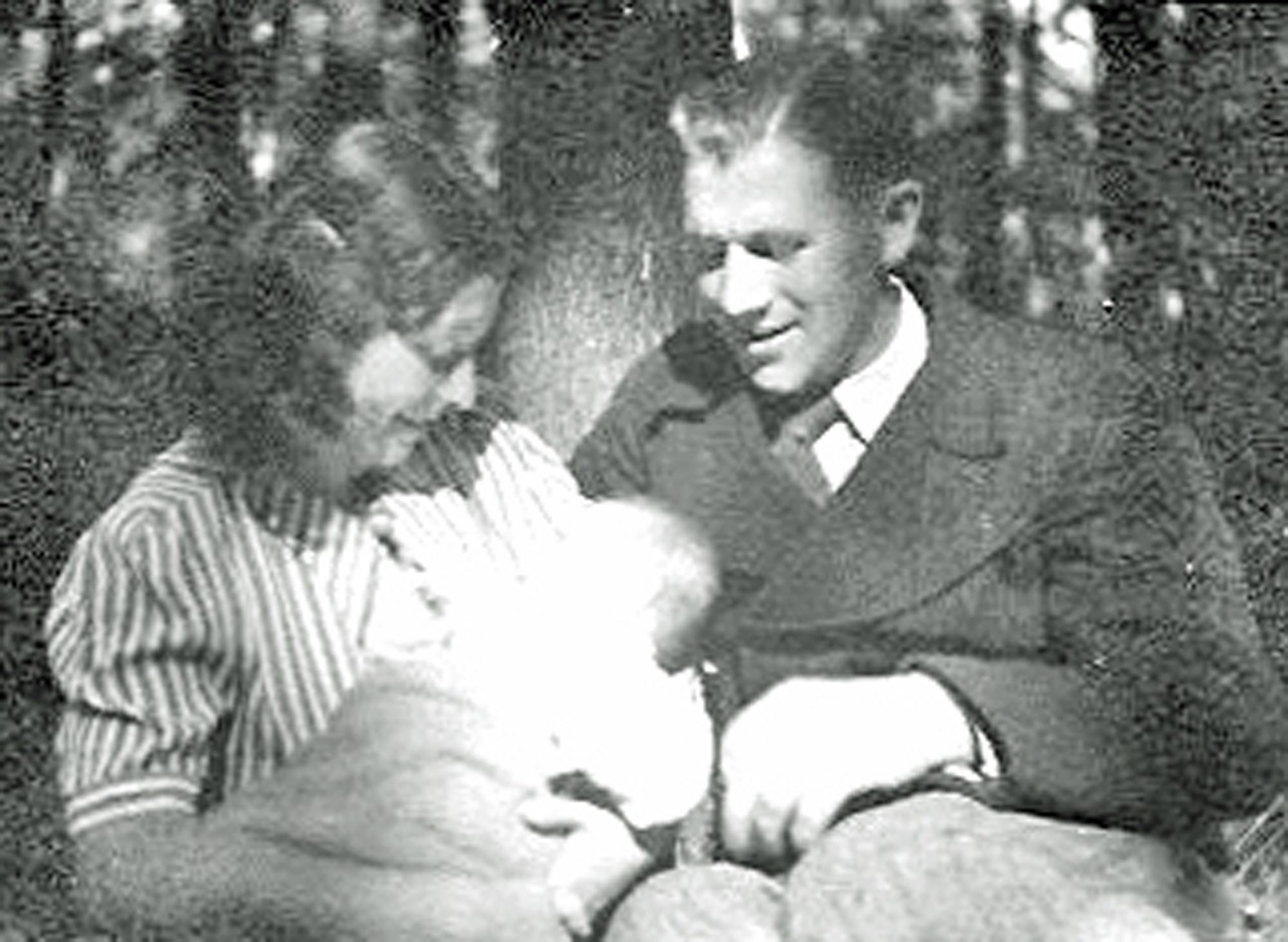 Irène mit ihrer Mutter und ihrem Vater.