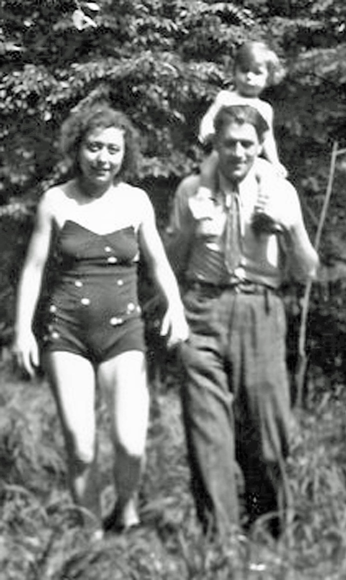 Irène mit ihrer Mutter und ihrem Vater - 1945.